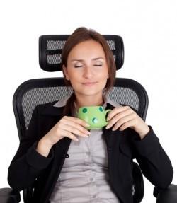 Berufstätige Mutter entspannt im Sessel vor dem Abpumpen