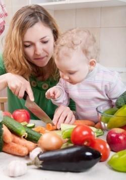 Kind verfolgt mit großem Interesse die Essenszubereitung