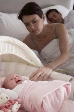 Mutter schaut nach weinendem Baby