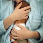 Frühgeborenes Baby in Hautkontakt mit der Mutter