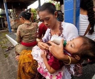 Mutter füttert ihr Baby mit Säuglingsnahrung in Indonesien