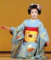 Japanische Frau in Kimono mit zugeschnürter Brust
