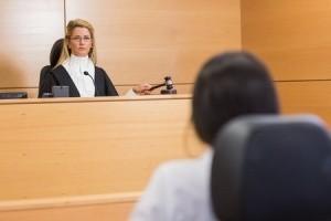 Mutter im Gerichtssaal