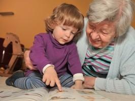 Kleinkind mit Oma
