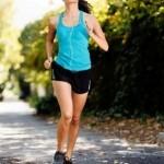 Junge Mutter joggt