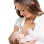 Mutter kontrolliert, ob das Baby richtig saugt
