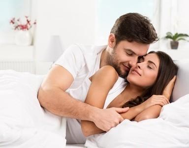 Mann und Frau tauschen Zärtlichkeiten aus.