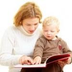 Mutter liest ihrem Kleinkind aus einem Buch vor