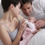 Mutter füttert ihr Baby in Körper- und Augenkontakt
