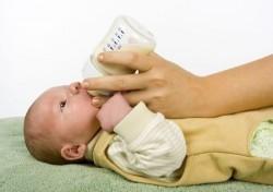 Neugeborenes wird mit Flasche gefüttert