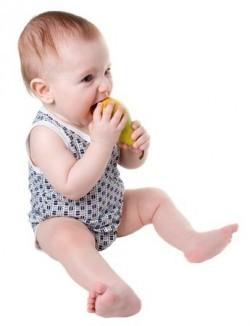 Baby macht sich an eine Birne heran