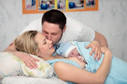 Neugeborenes in Hautkontakt mit der Mutter