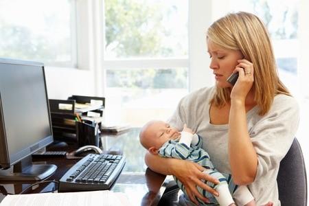 Mutter telefoniert mit baby