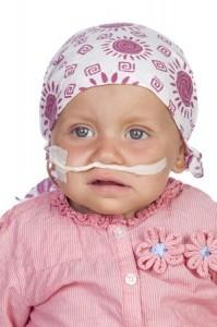 Kleinkind mit Sonde und Kopftuch
