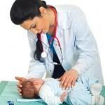 Kinderärztin untersucht Baby mit möglicher Laktoseintoleranz