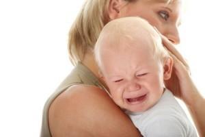 Mutter tröstet weinendes Baby (© Piotr Marcinski)