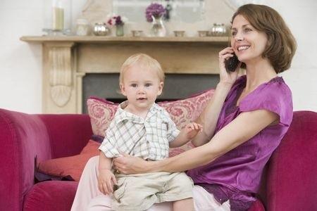Mutter telefoniert mit ihrem Sohn auf dem Schoss