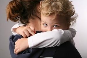 anhängliches Kind klammert sich an die Mama