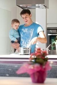 Vater mit Kleinkind beim Kochen
