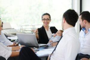 ARbeitende Mutter mit Baby im Büro
