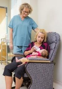 Mutter füttert im Krankenhaus ihr Baby mit der Flasche