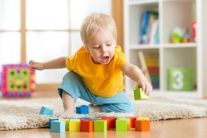 Kleinkind mit Bauklötzen spielend