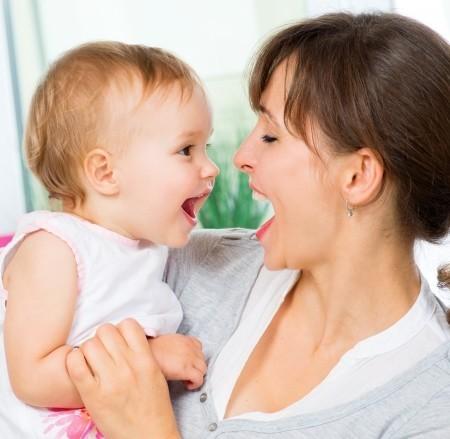 Mutter und Kind lachen sich an