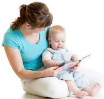Mutter liest Kleinkind ein Buch vor