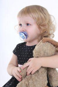 kleines Mädchen mit Schnuller