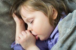 Schlafendes Kind daumenlutschend
