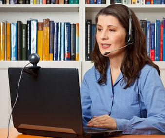 Stillberaterin mit Laptop, Webcam und Headset