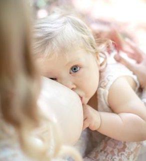 Kleinkind an der Brust von oben Webformat