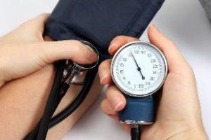Arzt misst Blutdruck bei einer Frau