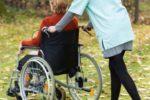 Dame im Rollstuhl