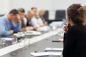 wissenschaftliches Meeting: Leute sitzen um einen Tisch herum