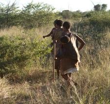Buschfrauen in der Savanna mit Baby im Tuch