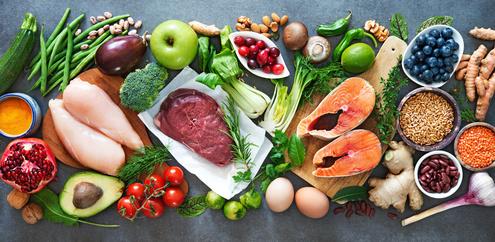 eine Sammlung gesunder Lebensmittel wie Fisch, Fleisch, Gemüse usw.