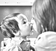 Mutter füttert ihr Kleinkind mund zu Mund