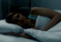 Frau schlafend im Dunkeln