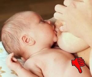 Baby ungünstig angelegt mit Daumen nach unten