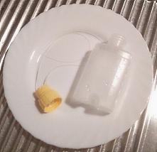 Milchbehälter und Schläuche des Brusternährungssets auf einem Teller