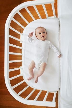 Baby im Beistellbett